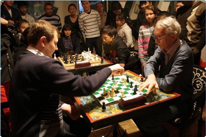 Евгений Скляревский (справа) играет в шахматы с  гроссмейстером Антоном Филипповым.