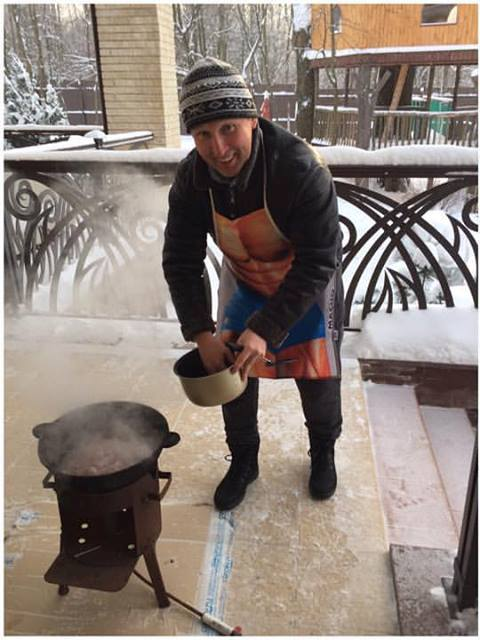 М. Слободина готовит плов.