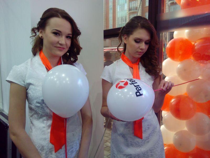 Девушки из команды поддержки дарили гостям шарики!