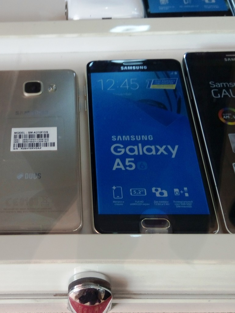 Galaxy А5 заметно больше модели Galaxy А3 (слева).