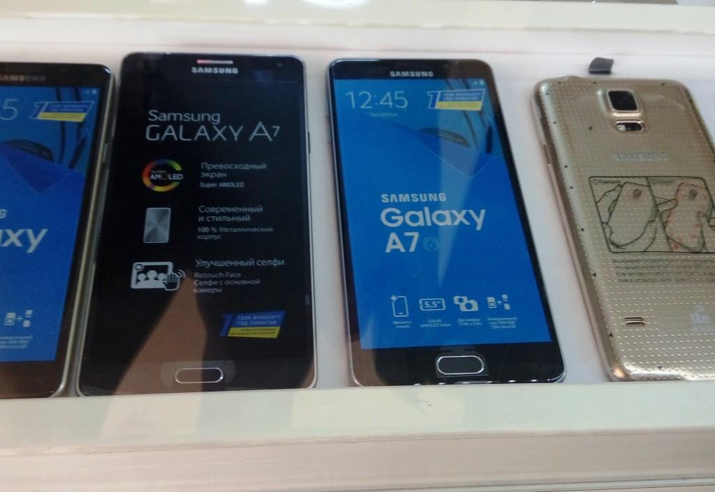 Новый Galaxy A7 (справа) рядом с первой версией Galaxy A7