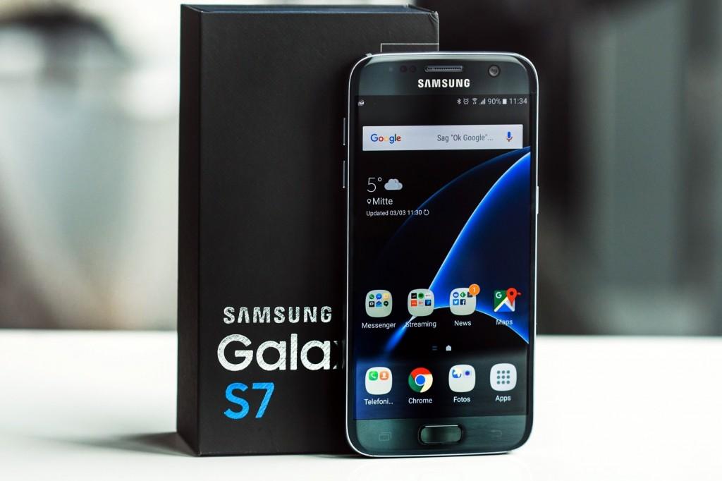 В этом году у флагмана Samsung - черная коробка, фото akket.com
